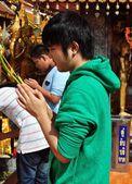 Chiang Mai, Thailand: Young Thai Man Praying at Wat Doi Suthep — Stockfoto