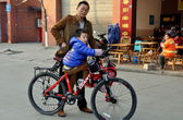 Pengzhou, China: Father and Son with Bicycle — Stock Photo