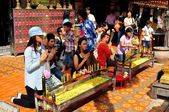 Chiang Mai, Thailand: Devout Thais Praying at Wat Doi Suthep — Stock Photo