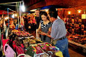 Chiang Mai, Thailand: People Shopping for Handicrafts — Stock Photo
