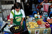 Chiang Mai, Thailand: Woman Cooking Eggs at Sunday Walking Street — Stock Photo