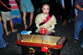 Chiang Mai, Thailand: Little Girl Playing Stringed Instrument on the Sunday Walking Street — Stock Photo