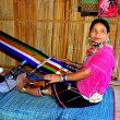 Chiang Mai, Thailand: Hill Tribe Woman Weaving at Loom — Foto de Stock