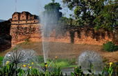 Chiang Mai, Thailand: Ancient City Wall and Moat Fountain — Stock Photo