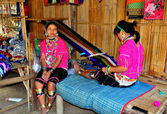 Chiang Mai, Thailand: Long Neck Hill Tribe Woman Weaving Fabric — Stock Photo