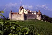 Aigle, Switzerland: Feudal Castle and Vineyards — Stock Photo