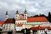 Steyr, Austria: Twin-Towered Jesuit Church and Spitalskirche Skyline — Stock Photo