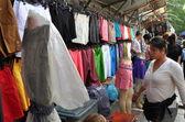 Bangkok, Thajsko: zobrazení oblečení na venkovní trh na thanon ratchaprasong — Stock fotografie