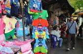 Bangkok, Thajsko: oblečení v prodeji na thanon ratchaprasong venkovní pouliční trh — Stock fotografie