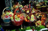 Bangkok, Thailand: Holiday Fruit Baskets at Centrl Chitlom Food Hall — Stock Photo