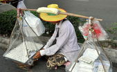 Bangkok, Thailand: Street Vendor Selling Food on Sukhamvit Road — Stock Photo