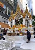 Bangkok, Thailand: Women at Buddhist Shrine — Stockfoto