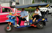 Bangkok, Thailand:n Tuk-tuk Taxi on Sukhamvit Road — Stock Photo