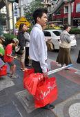 Bangkok, Thajsko: muž s nákupní tašky — Stock fotografie