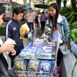 Bangkok, Thailand: People Shopping at Street Vendor's Booth — Zdjęcie stockowe #37908185