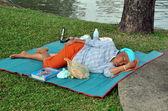 Bangkok, Thailand: Thai Woman Napping in Lumphini Park — Stock Photo