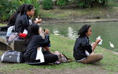 Bangkok, Thailand: Four Women Eating Lunch in Lumphini Park — Stock Photo