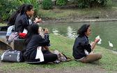 Bangkok, Thailand: Four Women Eating Lunch in Lumphini Park — Stock Photo