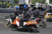 Bangkok, Thailand: Motorcyclists Waiting for Traffic Light — Stock Photo