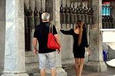 Bangkok, Thailand: Couple Ringing Temple Bells — Stock Photo
