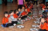 Bangkok, Tailandia: tailandés niños comiendo — Foto de Stock