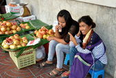 Bangkok, Thailand: Thai Women Selling Pomegranates — Stock Photo