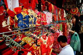 Bangkok, Thailand: Woman Shopping for Chinese Children's Clothing — Stock Photo