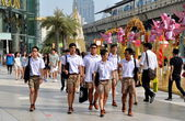 Bangkok, Thailand: Thai Students at Siam Paragon Plaza — Stock Photo
