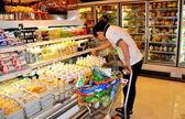 Bangkok, Thailand: Man with Shopping Cart at Siam Paragon Food Hall — Stock Photo