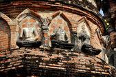 Lopburi, Thaland: Buddha Figures at Thai Wat — Stock Photo