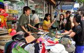 Bangkok, Tailândia: as pessoas comprando roupas de barganha em silom road — Fotografia Stock