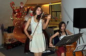 Bangkok, Thailand: Two Musicians Entertaining at Centre Silom Shopping Center — Stock Photo