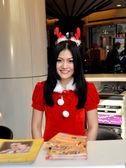 Bangkok, Thailand: Smiling Sales Clerk at Terminal 21 Shopping Center — Stock Photo