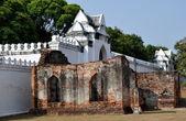 Lopburi, Thailand: Fortified Walls and Gateways at King Narai's Palace — Stock Photo