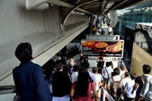 Bangkok, Thailand: Passengers at BTS Siam Station — Stock Photo