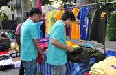 Bangkok, Thailand: Two Men Shopping for Clothes — Stock Photo