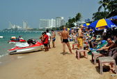 Pattaya, Thailand: People on Pattaya Beach — Stock Photo