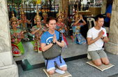 Bangkok, Thailand: People Praying at Erawan Shrine — Stock Photo