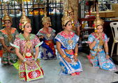 Bangkok, Thailand: Khong Dancers at Erawan Shrine — Stock Photo