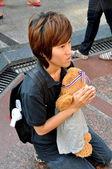 Bangkok, Thailand: Woman Praying at Erawan Shrine — Stock Photo