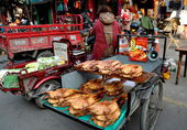Pengzhou, China: Farmer Selling Ducks at Tian Fu Market — Stock Photo