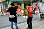 Pengzhou, China: Teens Selling Chinese New Year Drums — Stock Photo