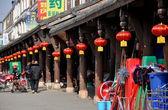 Le jun, china: arcadas de madera con linternas rojas — Foto de Stock