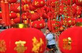 Jun le, Kina: liten pojke i ett hav av röda lyktor — Stockfoto