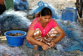 Bang Saen, Thailand: Woman Removing Crabs from Fishing Net — Stock Photo
