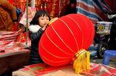 Pengzhou, chine : petite fille avec lanterne du nouvel an — Photo