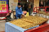 Pengzhou, china: hombre vendiendo longan frutas — Foto de Stock