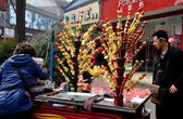 Pengzhou,China: Vendor Selling Sticks of Glazed, Candied Fruit — Stock Photo