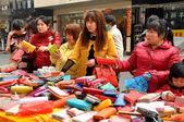 白鹿中国: 女性の財布ショッピング — ストック写真