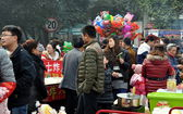 Pengzhou, China: People and Food Vendors at City Park — Stock Photo